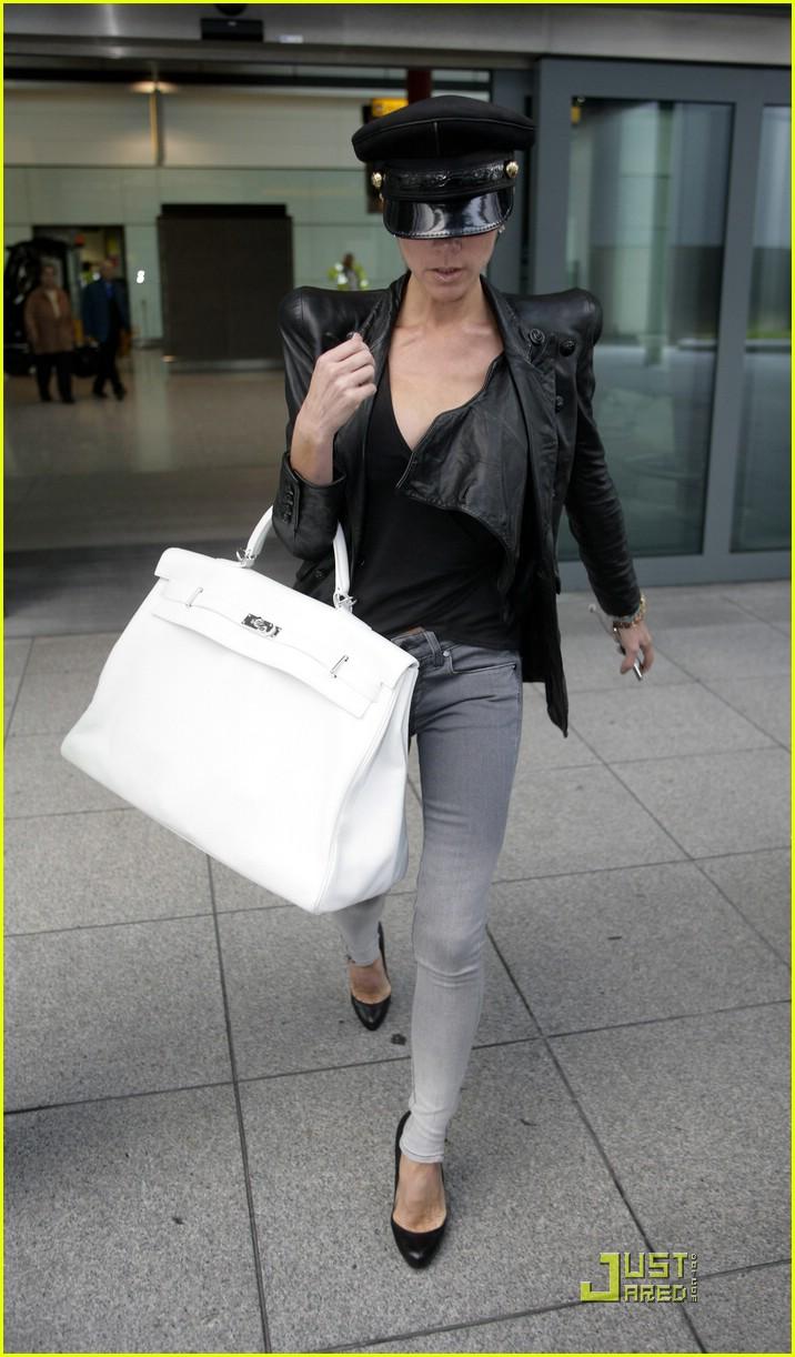 Victoria-beckham-hangs-onto-her-handbag-01